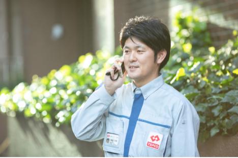 電話対応中の東京電力の男性